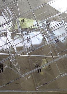 produzione in serie espositori in plexiglass